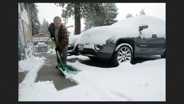 In den Bergen Kaliforniens hat sich der Winter zurückgemeldet. Ein Sturm brachte am Freitag bis zu 10 Zentimeter Neuschnee. Die Schneeschippe musste daher noch mal herhalten. Bild: dpa