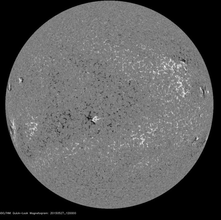 Im Manetogramm der erdzugewandten Seite der Sonne sind sieben kleine Sonnenflecken mit unterschiedlicher magnetische Polarität weiß (nord) und Süd (schwarz) zu sehen.