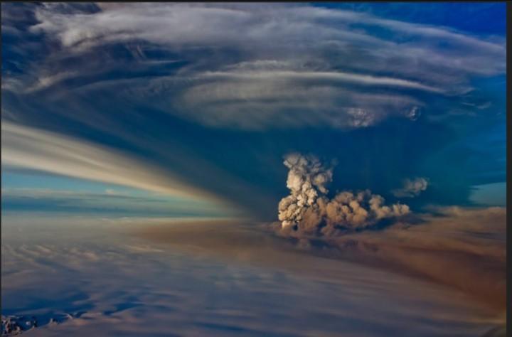 Der Grímsvötn schleuderte im Mai 2011 zu Beginn der Eruption hundert- bis tausendmal mehr Asche und Wasserdampf pro Sekunde in die Luft als der Eyjafjallajökull bei dem Ausbruch im Frühjahr 2010... Quelle: