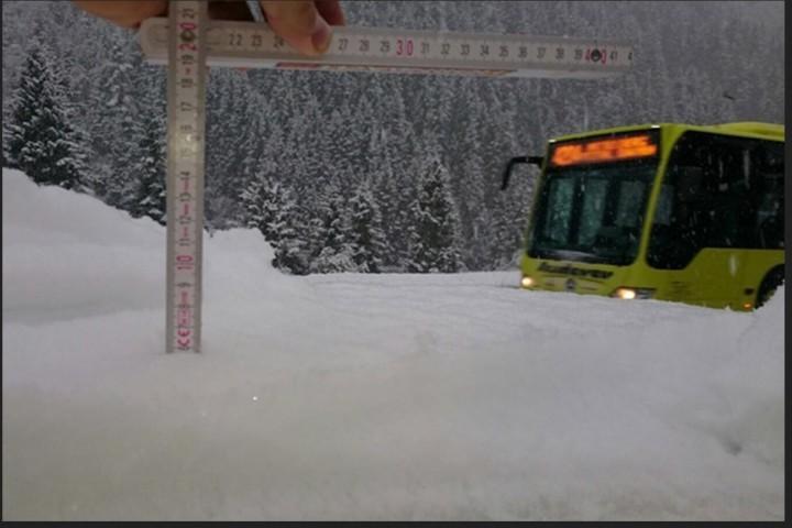 In den Alpen hat es zum kalendarischen Herbstbeginn die ersten starken Schneefälle bis auf rund 1400 Meter Höhe gegeben. In Tieflehn im Tiroler Pitztal liegen am Morgen auf 1600 Meter Höhe bereits 6 Zentimeter und es schneit kräftig weiter. Bild: Martin Koch