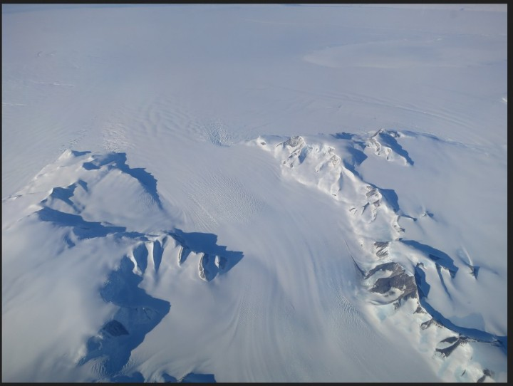 A new NASA study says that Antarctica is overall accumulating ice. Still, areas of the continent, like the Antarctic Peninsula photographed above, have increased their mass loss in the last decades. Credits: NASA's Operation IceBridge. Quelle: