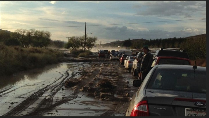 Cars on a road in Lake Hughes, California are stopped because of flooding, with some stuck in the mud in the distance. Flash flooding sent water, mud and rocks rushing across Interstate 5 north of Los Angeles on Thursday, stranding hundreds of vehicles and closing the major north-south thoroughfare. (Robert Rocha via AP). Quelle: wie vor