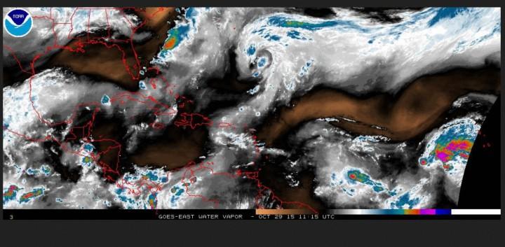 Satellitenanalysen des Wasserdampfgehaltes im südwestlichen Nordatlantik. Es sind keine runden feuchten (lila/blaufarbenen) Strukturen zu sehen, die auf TC-Bildung hinweisen. Quelle als bewegtes Bild: