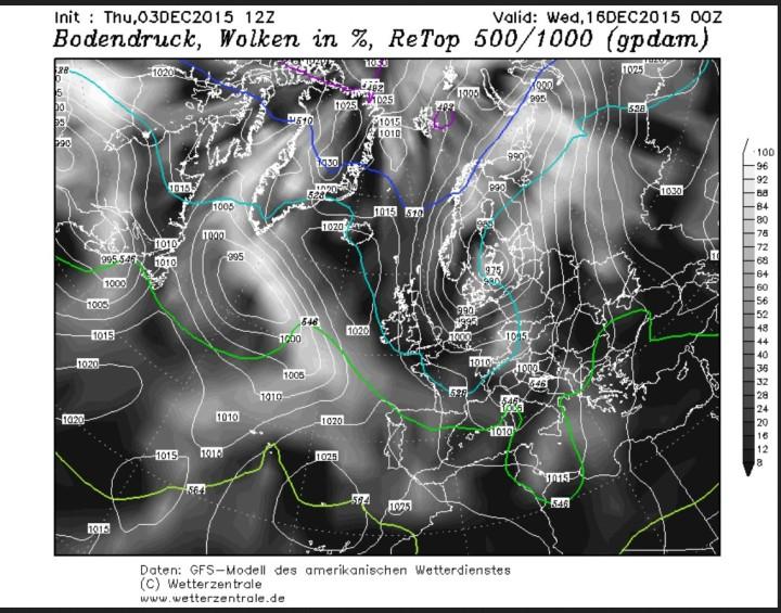 GFS-Prognose der Temperaturen in 500 hPa (rund 5500 m), des Luftdrucks und der Bewölkung vom 30.11. für den 14.12.2015 in Europa. Auf der Rückseite eines mächtigen kalten Troges des Polarwirbels über Europa werden in breitem Strom arktische Luftmassen nach Europa geführt (blaue Linien). Dabei liegt das Zentrum des komlexen kalten Tiefdrucksystems über Ostdeutschland. Quelle: http://www.wetterzentrale.de/topkarten/fsavneur.html