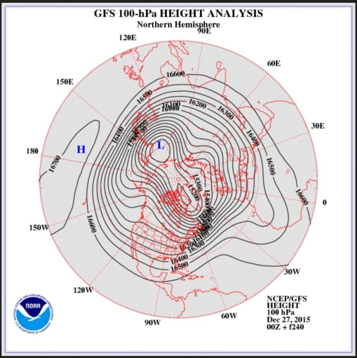 GFS-Stratosphären-Prognose vom 27. Dezember 2015 für den 6.  Januar 2016 in 100 hPa (rund 16000 m). Der Polarwirbel hat sich in zwei Teilzentren geteilt und babeu einen großräumohen kalten Trog über Mitteleuropa entwickelt. Quelle
