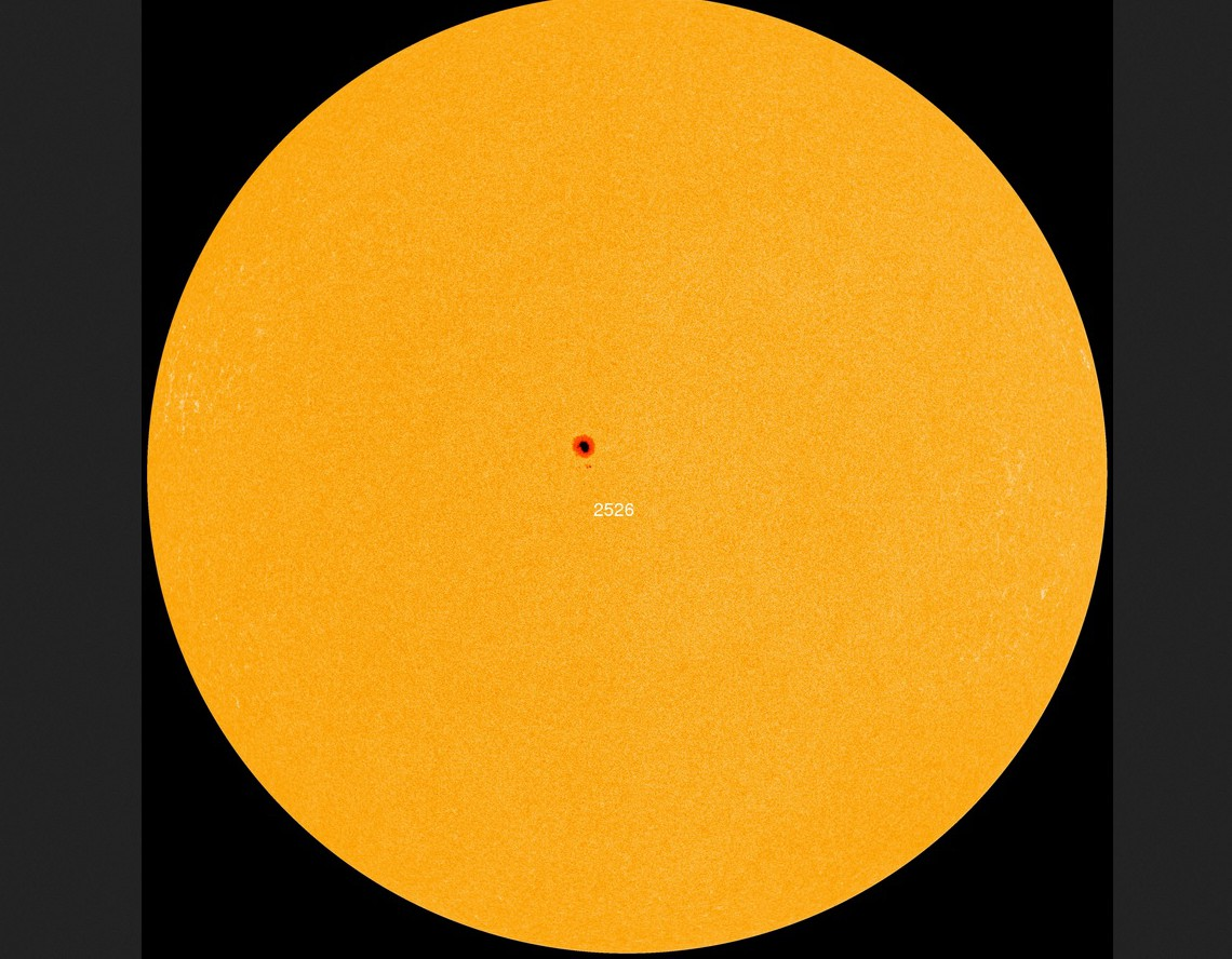 Die Sonne hat am 30.3.2016 nur einen einzigen von der Erde gut sichtbaren Sonnenfleck knapp nördlich des Sonnenäquators. Der Fleck AR2526 besitzt ein stabiles Magnetfeld  und neigt deshalb nicht zu Flares oder Masseauswürfen (CME). Die Sonnenaktivität ist sehr gering.