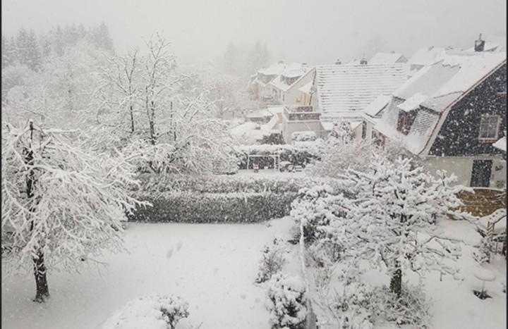 Starke Schneeschauer haben am 7. März 2016 im Westen für bis zu 20 Zentimeter Neuschnee gesorgt. Hier ein Bild aus Radevormwald im Bergischen Land. Quelle: