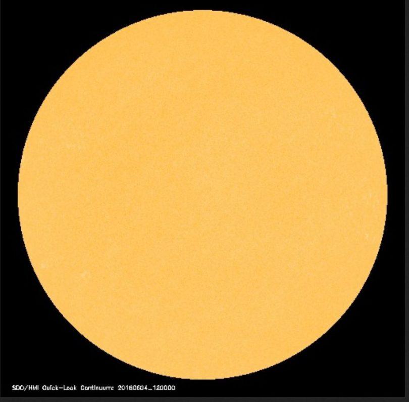 Die Sonne hat nach dem 3. Juni auch am 4. Juni 2016 keinen einzigen von der Erde sichtbaren (dunklen) Sonnenfleck. Die Sonnenaktivität ist sehr gering. Quelle:
