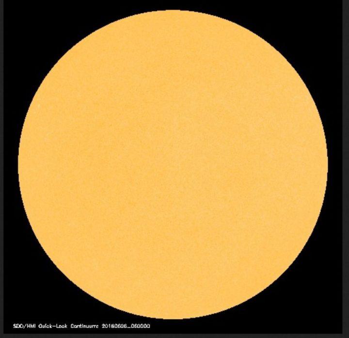 Die Sonne hat nach dem 3. , 4. und 5. Juni auch am 6. Juni 2016 keinen einzigen von der Erde sichtbaren (dunklen) Sonnenfleck. Die Sonnenaktivität ist sehr gering. Quelle:
