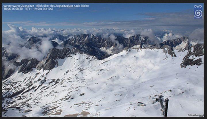 Webcam-Foto des DWD vom Schnee auf der Zugspitze am 18. Juni 2016. Mit 330cm wurde die höchste Schneemenge seit 1999 gemessen. Quelle: wie vor
