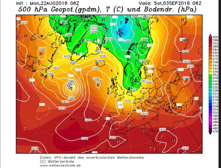 """Die GFS-Prognose vom 22.8.2016 zeigt die """"Schallplatte""""auf ihrem langsamen Weg Richtung Island. Auf ihrer Vorderseite (Ostseite) hat sie durch Warmluftadvektion das Azorenhoch in den mittleren Nordatlantik und in eine meridionale Lage gebracht, wodurch der Vorstoß polarer Luftmassen (grüne Farben) nach Europa verstärkt. Quelle: wie vor"""