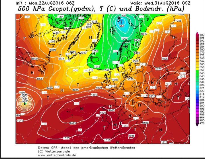 """Die GFS-Prognose vom 22.8.2016 zeigt unten links eine """"Schallplatte"""", eine intensive kreisrunde Tropische Zyklone mit vielen engen Isobaren."""