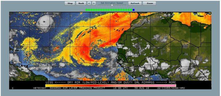 """Das Satellitenbild vom 30.8.2016 zeigtz den Wolkenwirbel mit """"Auge"""" oben links auf dem Weh nach Osten Richtung Azoren. Die gelb/rote Farben stellen trockene Luftmassen aus der Sahara dar: Der Tod kedes Huttikans, der von der Wasserdampfenergie lebt. Quelle:"""