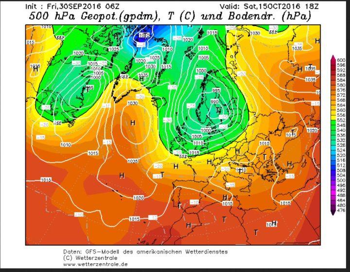 GFS-Prognose des Bodenluftdrucks und der Temperaturen in 500 hPa (ca. 5500 m) vom 30.9.2016 für den 15.10.2016. Zwischen einem kräftigen DSturmtiuef über Skandnavien und hohem Druck über dem Nirdatlantik wirtd in breitem Strom hichreichende Polarluft nach Europa geführt. Quelle: wie vor