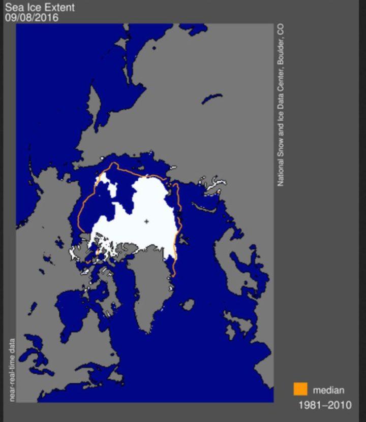 Die NSIDC-Meereisgrafik (extent) vom 8. September 2016 zeigt eine kräftig Vereisung des Westausgangs der nordlichen Route durch die Nordwestpassage. Die südliche - Amundsen's - Route - weist im Südteil geschlossene Eisfelder aus (weiße Flächen). Quelle: