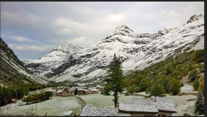 Dans les vallées les plus froides des secteurs frontaliers ( Haute-Maurienne, Queyras ) la neige a temporairement blanchi les sols un peu en-dessous de 2000 mètres. C'était par exemple le cas à Bonneval sur Arc (73) au petit matin. Foto vom 18.9.2016, 10,45 Uhr. Quelle: wie vor