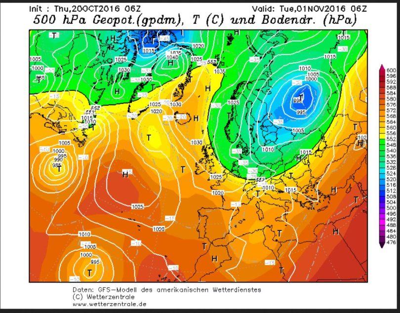 GFS-Prognose des Bodenluftdrucks und der Temperaturen in 500 hPa (ca. 5500 m) vom 20.10.2016 für den 1.11.2016. Zwischen einem kräftigen Sturmtief über Norddosteuropa und hohem Druck über dem Nordatlantik wird in breitem Strom hochreichende Polarluft nach Europa geführt. Quelle: wie vor