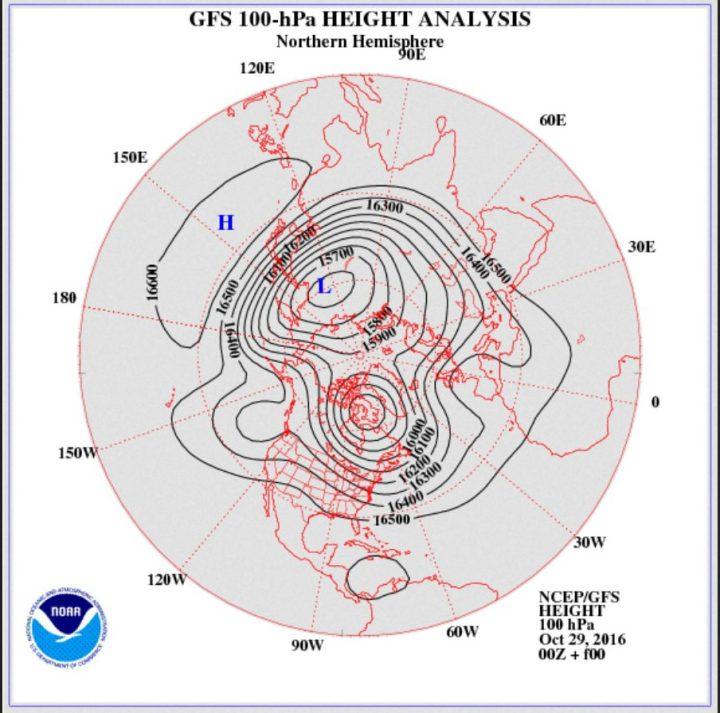 Die GFS-Analyse vom 29.10.2016 des Geopotentials (Luftdruck) in 100 hPa (rund 16 km Höhe, untere Stratosphäre). Der Polarwirbel ist für diese Jahreszeit ungewöhnlich kräftig und weit nach Süden ausgedehnt. Ein mächtiger kalter Trog des Polarwirbels (Rossbywellental) liegt über Nord- und Ostleuropa und führt kalte Polarluft heran. Der Polarwirbel hat sich in zwei Zentren geteiltEin Hochdruckkeil liegt über West- und Mitteleuropa, während über Südeuropa ein Trog gerechnet wird. Quelle: