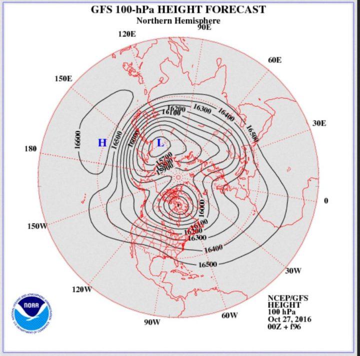 Die GFS-Prognose vom 27.10.2016 für das Geopotential (Luftdruck) in 100 hPa (rund 16 km Höhe, untere Stratosphäre) am 31.10.2016. Der Polarwirbel ist für diese Jahreszeit ungewöhnlich kräftig und weit nach Süden ausgedehnt. Ein mächtiger kalter Trog des Polarwirbels (Rossbywellental) liegt über Nord- und Ostleuropa und führt kalte Polarluft heran. Der Polarwirbel hat sich in zwei Zentren geteiltEin Hochdruckkeil liegt über West- und Mitteleuropa, während über Südeuropa ein Trog gerechnet wird. Quelle: