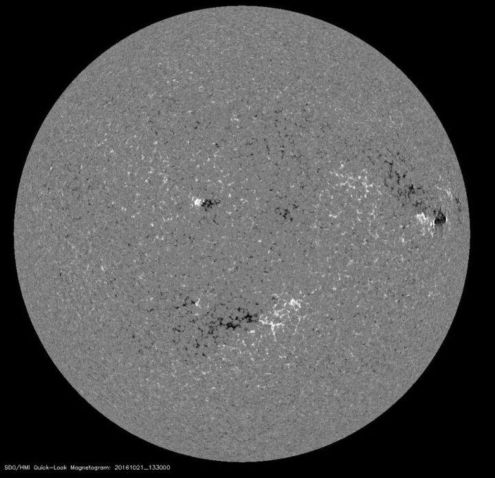 Das Magnetogramm der erdzugewandten Seite der Sonne zeigt am 21.10.2016 ein bekümmertes Gesicht. Zwei schwache magnetische Sonnenflecken auf der Nordhälfte und einer auf der Südhälfte der Sonne mit weiß (links) für Nord und schwarz für Süd (rechts) - auf den Hälften jeweils entgengesetzt angeordnet - erwecken den Eindruck eines bekümmerten Gesichtes.