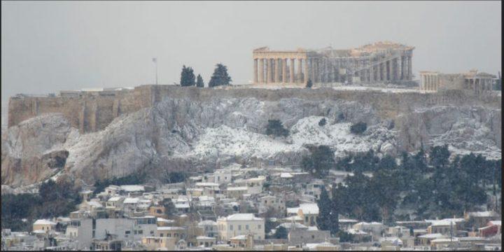 Schneefall in Griechenland Bild: Multi Share/Shutterstock. 30.11.2016 Wintereinbruch in Griechenland Mit Durchzug eines kräftigen Tiefs in Kombination mit außergewöhnlich kalten Luftmassen von Norden her kam es in der Nacht auf Dienstag bzw. am Dienstag selbst zu einem unüblichen Wintereinbruch in Teilen von Griechenland. Quelle: