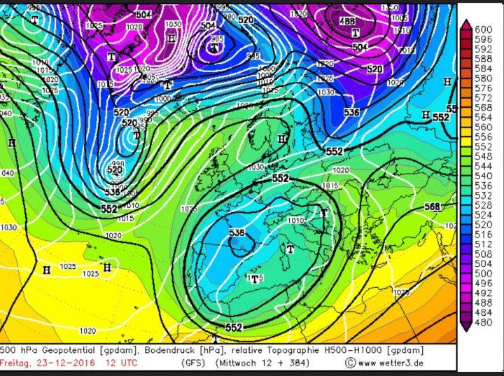 GFS-Prognose der Wetterlage vom 7.12.2016/12.00Uhr für den 23.12.2016. Eine Hochdruckbrücke über GB und Skandinavien blockiert die milde Westströmung nach Europa. Zwischen ihm und einem umfangreichenden Schneetiefkomplex (Cut off Tief) mit Kern über Südfrankreich strömt eisige Polarluft in große Teile Europas und auch nach Deutschland. Darin eingelagert sind Störungen mit Schneefällen. Quelle: