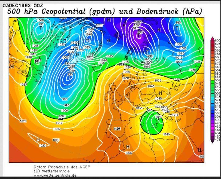 GFS-Analyse des Bodenluftdrucks und der Temperaturen in 500 hPa (ca. 5500 m) vom 3.12.1962. Am Ostrand eines kräftigen Hochs über Skandinavien wird ein umfangreicher Kaltlufttropfen (grüne Fläche, Höhentief) nach Süden gesteuert und erreicht Polen und Ostdeutschland mit Kaltluft um -30°C in 500 hPa (rund 5500 m Höhe). Quelle: