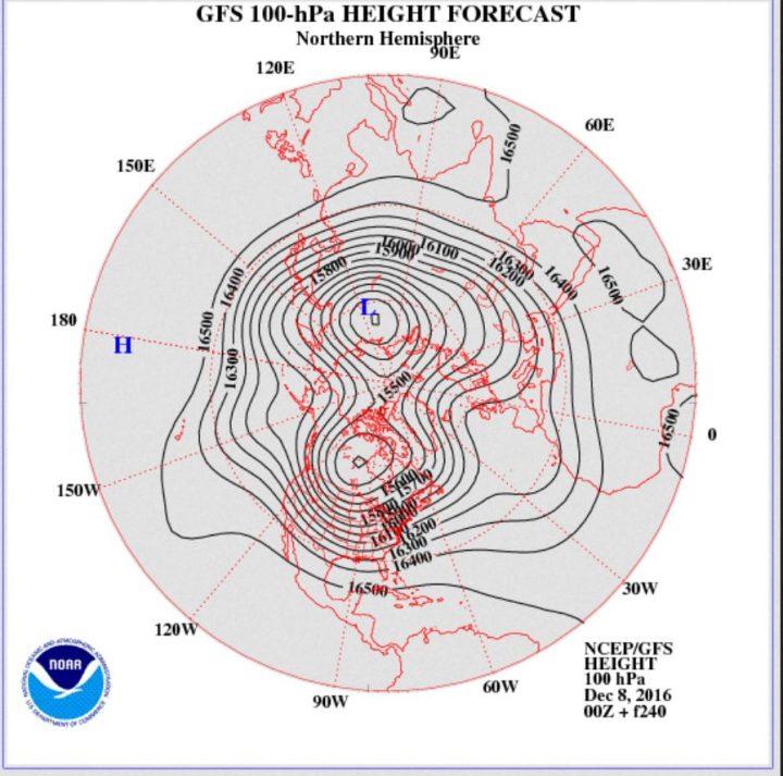 Die ECMWF-Prognose des Geopotentials (Luftdruck) in 150 hPa (rund 14 km Höhe, untere Stratosphäre) vom 7.12.2016 für den 17.12.2016. Der Polarwirbel hat zwei Teilwirbel (Dipol) über Nordkanada und Nordsibirien geblldet, wobei der über Knada der kräftigere ist. Ein mächtiger kalter Trog des Polarwirbels (Rossbywellental) liegt über Osteuropa und führt hochreichende kalte Polarluft heran. Quelle: