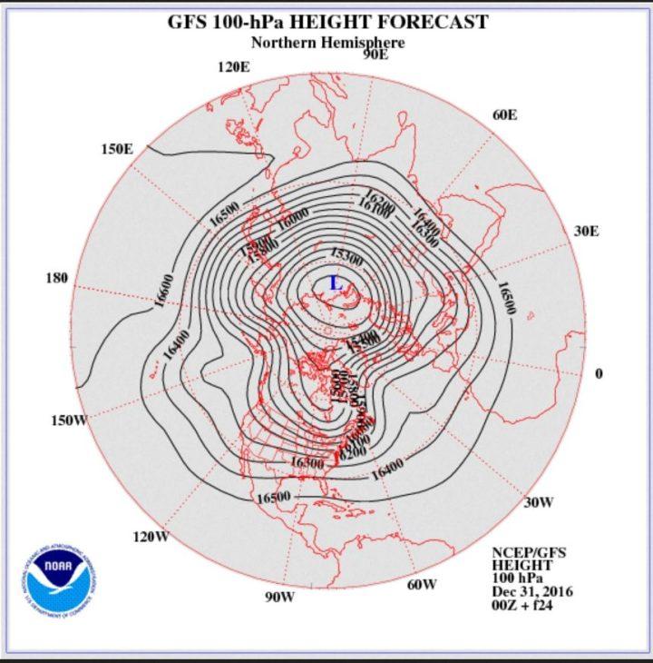 GFS-Strat.-Prognose in 100 hPa (rund 16 km Höhe, untere Stratosphäre) vom 31. 12.2016 zum 1.1.2017. Über dem Nordatlantik baut sich ein Hochdruckrücken bis Grönland (Grönlandblock) auf, der am 1.1. 2017 nahe einem Dipol ist. Zwischen dem Hauptwirbel über Sibirien und dem Grönlandhoch strömt hochreichende Polarluft in breitem Strom nach Europa, der kalte Trog über Mitteleuropa wird wiederholt erneuert. Der Winter kommt mit Macht! Quelle: