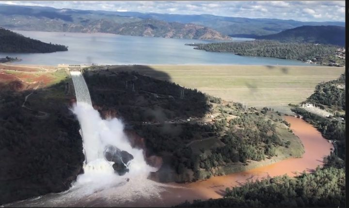 Foto des überlaufenden Oroville-Stauses in Kalifornien vom 10.2.2017.