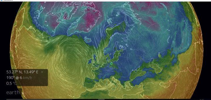Luftströmungen vom 13.1.2017, 12.00 Uhr in und um Europa. Von NO-Grönland reicht eine breiter Nordstrom mit Polarluft bis zur Nordsee und nach Mitteleuropa. In diese Strömung eingebettet ist Orkantief Egon (grüner Kreis) mit seinem Zentrum nördlich von Berlin, eine weitere Störung mit Schneefällen, erkennbar am Windsprung von West auf Nord, liegt über der südlichen Nordsee. Quelle: