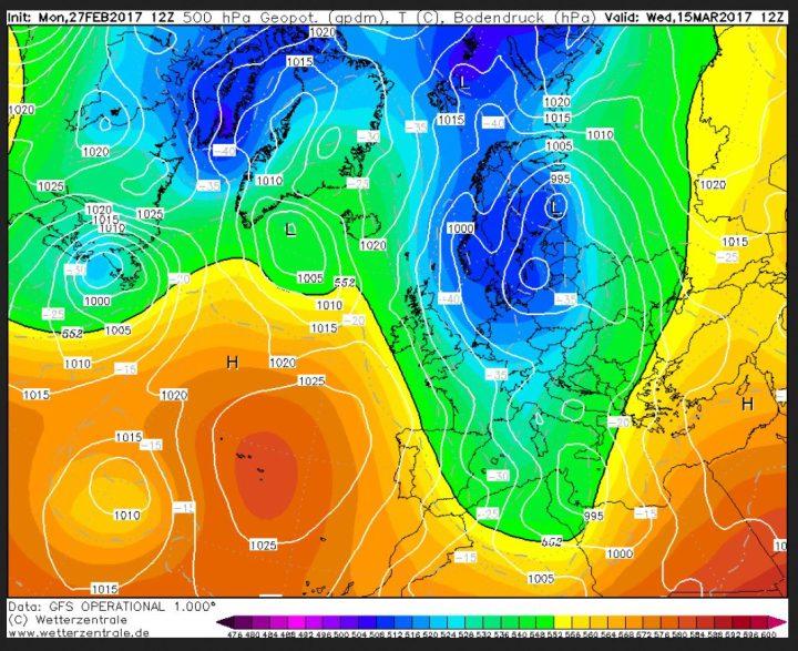 GFS12-Prognose des Bodenluftdrucks und der Temperaturen in 500 hPa (ca. 5500 m) vom 27.2.2017 für den 15.3.2017. Über Skandinavien liegt ein umfangreiches kaltes Tiefdrucksystem, Über dem Nordatlantik und Grönland hat sich ein mächtiges Hochdruckgebiet aufgebaut (Grönlandblock). Zwischen ihm unn dem Tiefüber Skandinavien strömt mit einer nördlichen Strömung hochreichende eisige Polarluft von der Arktis nach Europa. Kaltluft um -40°C in 500 hPa (rund 5500 m Höhe). Quelle: