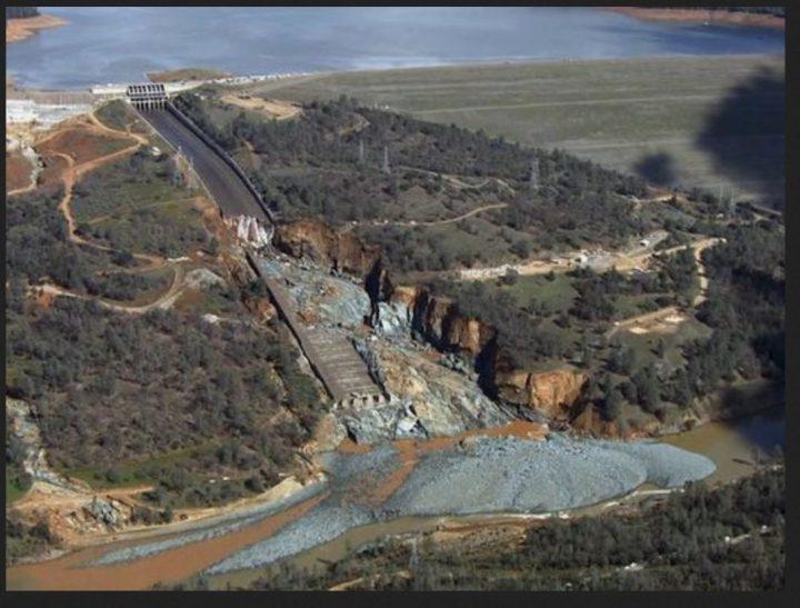 Der zerstöre Hauptüberlauf des Oroville-Stausees am 27.2.2017. Der Wasserabfluss wurde gestoppt, um Reparaturen durchzuführen. Quelle: wie oben