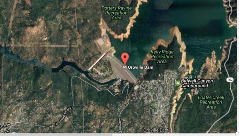 Luftaufnahme Staumauer mit unmittelbat angrenzendem beschädigtem Hauptüberlauf vom Lake Oroville