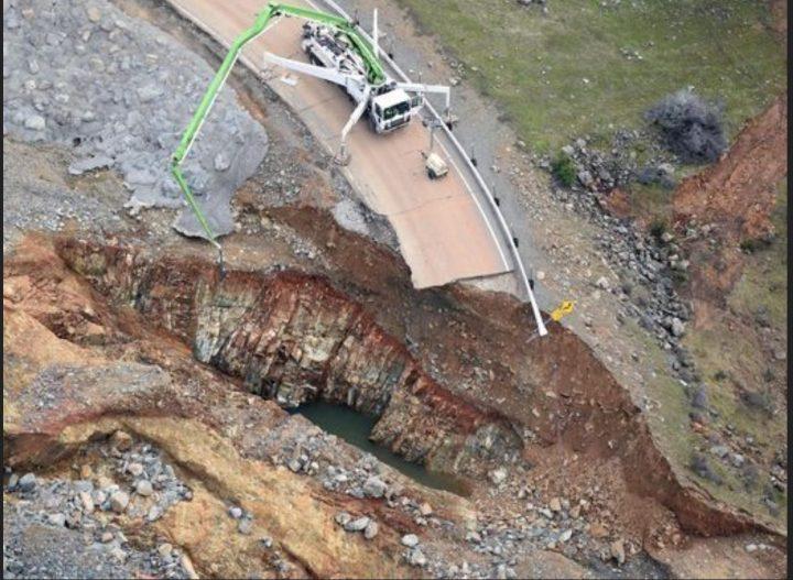 Nahaufnahme der weggerissenen Straße unterhalb des Notüberlaufdamms am Oroville-Stausee/Kalifornien. Quelle: wie oben